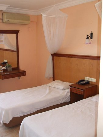 Hotel Rosy Suites: Beds with mosquito nets