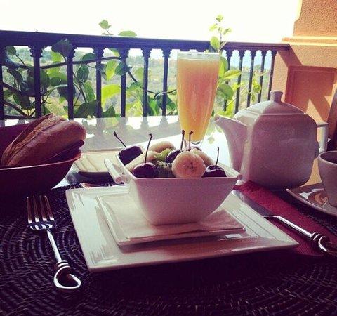 The Marbella Heights Boutique Hotel: Superbe vue avec un superbe petit déjeuner :-)