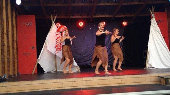 Camping Les Peupliers : Voilà une photo de nous sur scène merci Maeva !!
