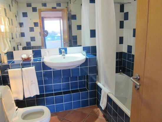 Alpinus Hotel : salle de bain avec baignoire