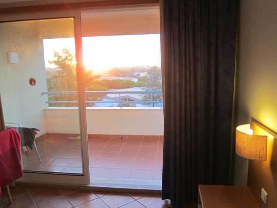 Alpinus Hotel: balcon avec vu sur la piscine