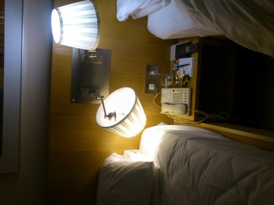 Hilton London Stansted Airport: Dodgy lamp