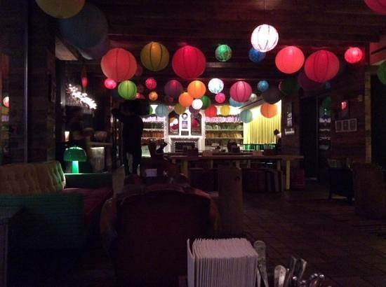 Pod 39 Hotel: Le bar du rez de chaussé (avec des tables de ping pong sur les cotés !)