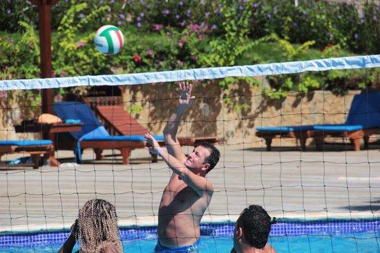 Media Luna Resort & Spa : Volleyball en piscina