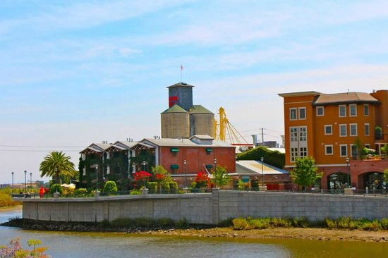 Napa River Inn at the Historic Napa Mill : View of hotel & mill from across the river
