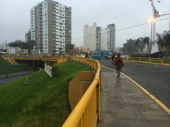 Miraflores: Walking along sidewalk with sea side views.