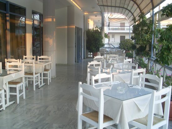 Ariadne Hotel Platanes: Terrasse couverte pour les repas