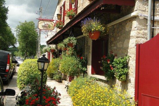 Auberge des Chenets: le parfum des fleurs invite à franchir la porte de l'auberge