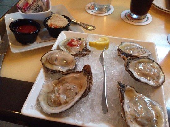 Guppy's on the Beach : Yummy fresh oysters!