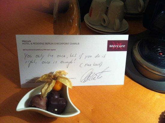 Mercure Hotel & Residenz Berlin Checkpoint Charlie: Cioccolatini con aforisma