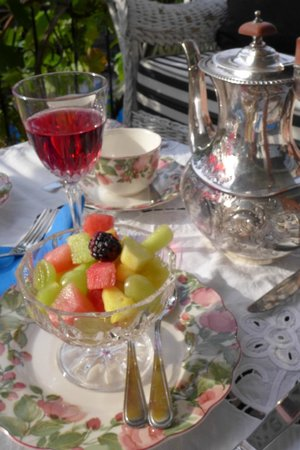 A Touch of English Bed & Breakfast: Elegant table setting for breakfast