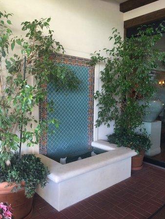 Arizona Grand Resort & Spa: fountains everywhere