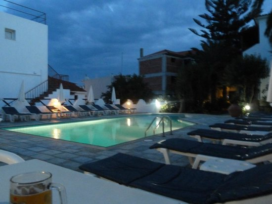 Hotel Costas Mary: poolside in the evening