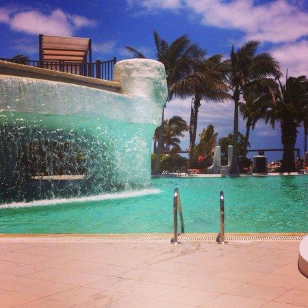 Club Jandia Princess Hotel: Swimming pool waterfall. It's beautiful, just too cold!