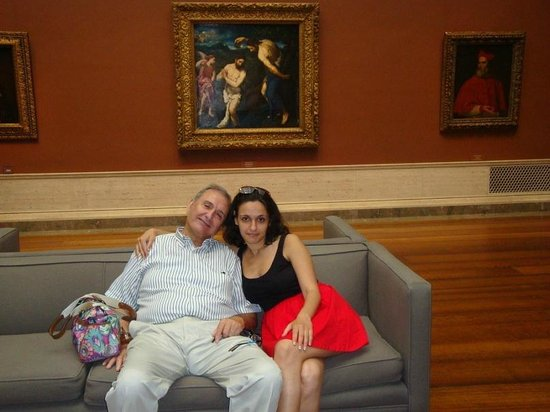 Galería Nacional de Arte: Диван в одном из залов, с папой