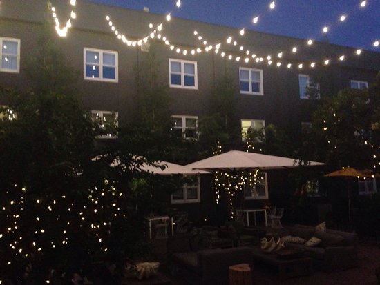 The Brice, a Kimpton Hotel: Courtyard at night
