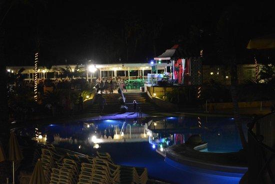 Gran Oasis Resort: night entertainment/pool