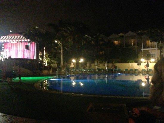 Gran Oasis Resort: night entertainment/ pool