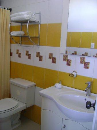 Casa Playa Mann Galapagos : Baño impecable con todos los servicios