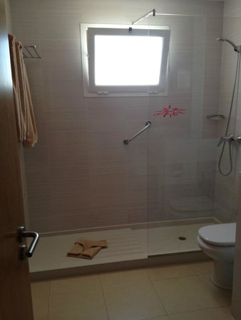 Costa Sal Villas and Suites: large shower in bathroom