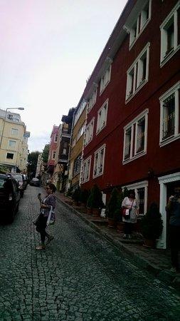 Dara Hotel Istanbul : rua do hotel, lá em cima à direita é o hipódromo e mesquita azul