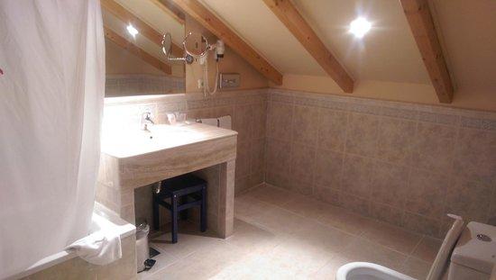 Hotel Horus Zamora : Baño habitación abuhardillada