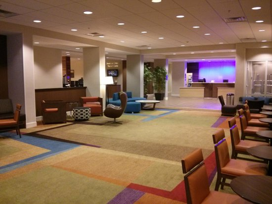 Fairfield Inn & Suites Orlando International Drive/Convention Center : Check in counter and open area leading to dining area