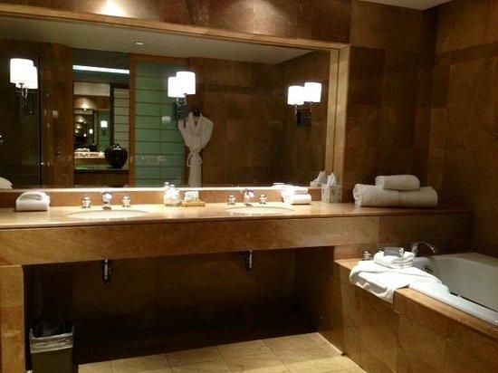 Inn at Laurel Point : Large Bathroom