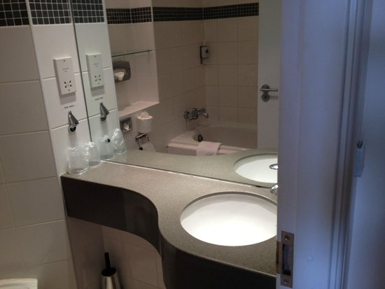 Aspect Hotel Kilkenny: v small sink / vanity area