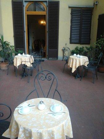 Domus Florentiae Hotel: Excellent breakfast setting