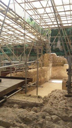 Complesso Monumentale di Santa Chiara: fouilles thermes