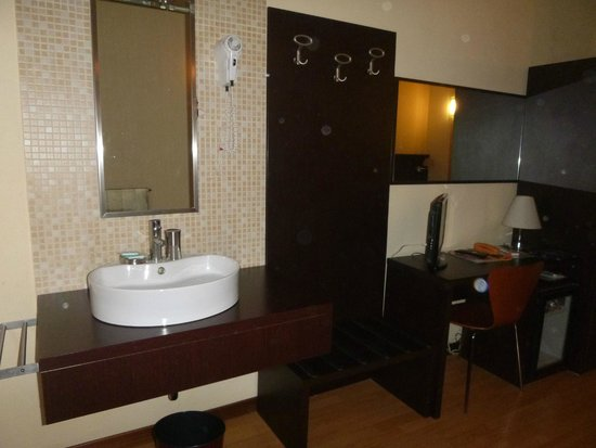 Hotel Guidi: rm 113 sink