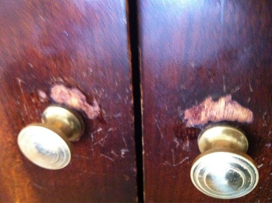 Hilton Antwerp Old Town: Worn furniture In room! All rooms In Desparate need of repairs