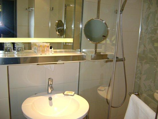 Pullman Hotel Munich: Pullman Munich bathroom
