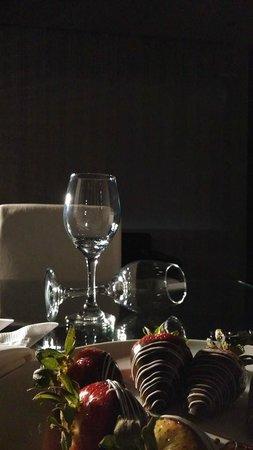 Radisson AR Hotel Bogota Airport: recibimiento con fresas achocolatadas y un buen vino