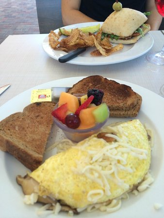 Blu' Island Bistro: Mushroom Omelete