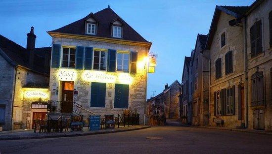 Hotel-Restaurant Le Marius : Le Marius at night
