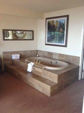 Tickle Pink Inn : Large Whirlpool bath