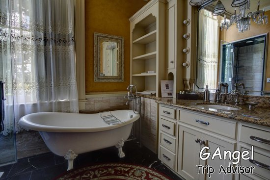 Bocage Plantation: One of the bathrooms