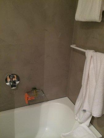 Alexandra Barcelona Hotel, Curio Collection by Hilton : Ванная