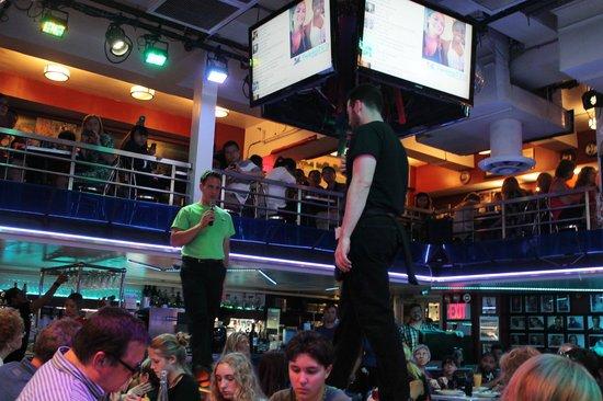 Ellen's Stardust Diner : Singing Waitstaff I