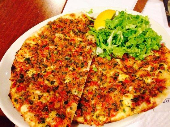 Hamdi Restaurant : La schiaccina tradizionale con prezzemolo, pomodoro e carne macinata