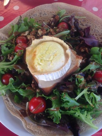 Le Marais : Salat mit Ziegenkäse auf Galette - sehr zu empfehlen!