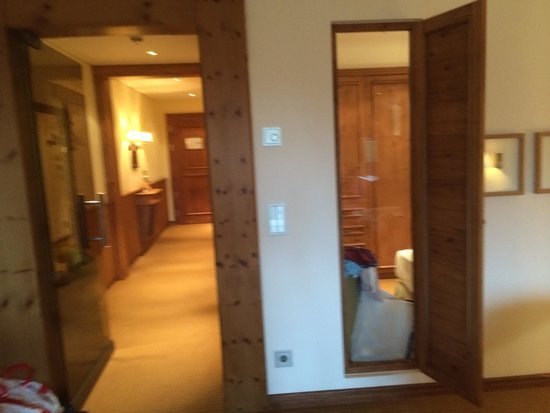 Interalpen-Hotel Tyrol: Corridoio camera