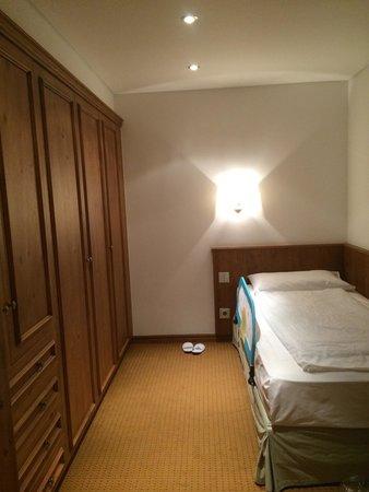 Interalpen-Hotel Tyrol : Zona armadi con a disposizione un letto ( camera tipologia 2)