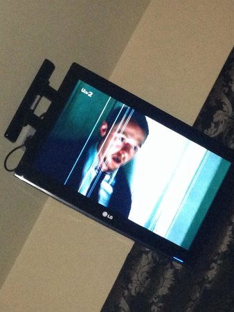 The Popinjay Hotel and Spa: Unwatchable tv in bedroom
