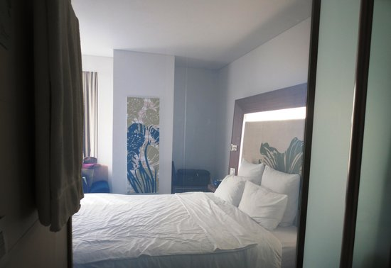 Novotel Saigon Centre Hotel: Bedroom seen through bathroom wall (can be made opaque with a switch)
