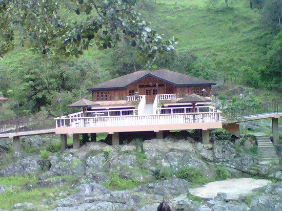 Hotel Gran Jimenoa: El Bar Karaoque al ptro lado del rio