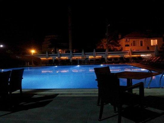 Club Viva Hotel : Pool at night
