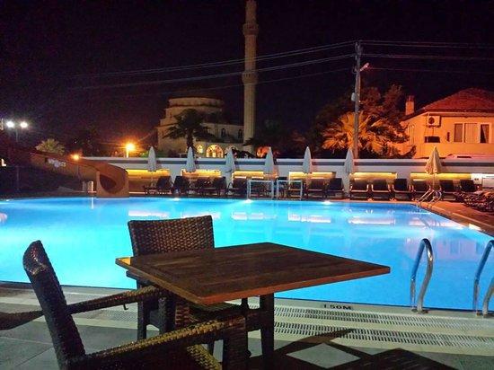 Club Viva Hotel : Pool area at night